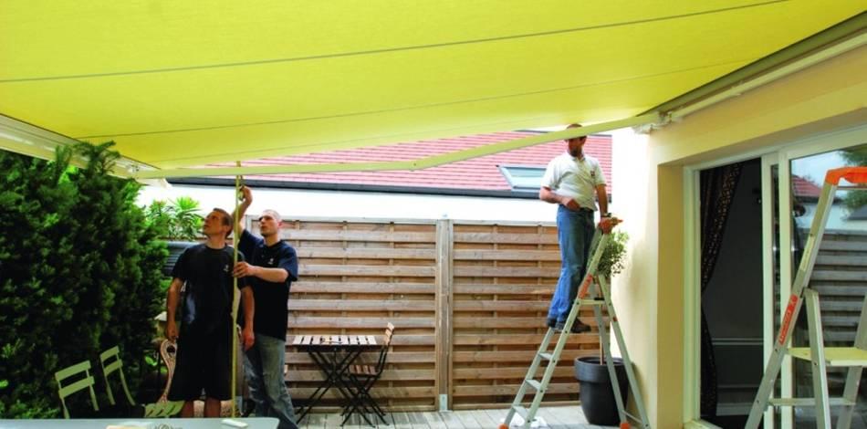 Les étapes de pose et les conseils d'entretien d'un store de terrasse